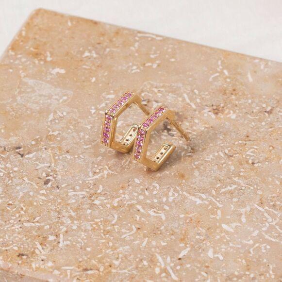SAMARBEID: Øreringer med rosa safirer skal symbolisere kjærlighet. FOTO: PRODUSENTEN