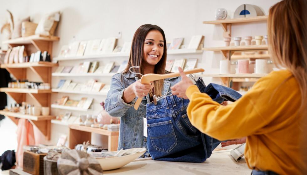 SMIL: Ikke alle butikkansatte møter smil og vennlighet i det daglige. Men kundene gjør også andre feil de ansatte gjerne skulle vært foruten. FOTO: NTB