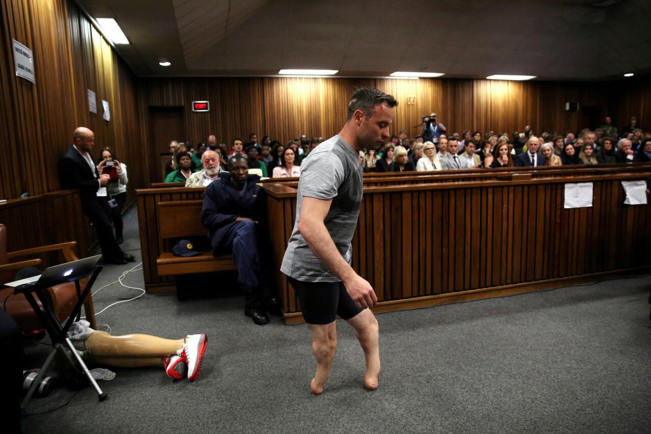 I RETTEN : Oscar Pistorius måtte vise for retten hvordan han løp fra soverommet til badet den fatale februardagen. FOTO: NTB