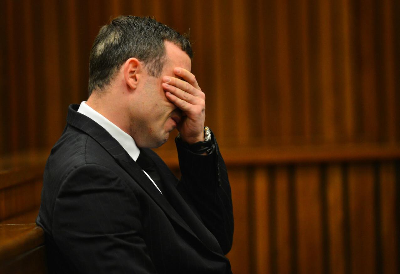 GRÅTKVALT: Flere ganger under rettssaken i 2014 brøt idrettsmannen Oscar Pistorius sammen, da han måtte gjenfortelle hva han hadde opplevd natten han skjøt kjæresten. FOTO: NTB