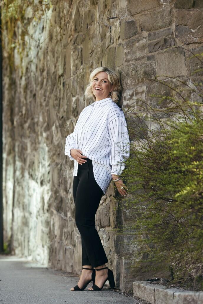 ETTER: Skjorte (kr 400) og bukse (kr 400, begge fra Lindex), øredobber (kr 400, Nettgullsmeden) og sko (kr 350, Anna Field). Tips! En oversized skjorte kan gjerne stikkes ned i buksa. Da får du fram midjen og beina ser enda lengre ut. FOTO: Astrid Waller