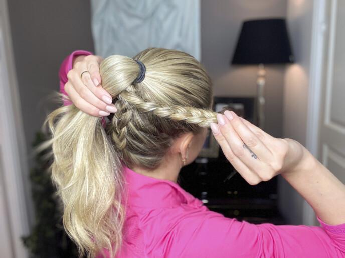 3. Ta tak i fletten, og snurr den rundt selve hårstrikken. Fest enden med lusespenner så den sitter godt.