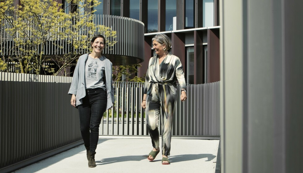 Tine og Marie er med i den danske dokumentarfilmen «Livet mens vi dør», som følger fire kvinner med uhelbredelig brystkreft. Om kvinnefellesskapet de er en del av, sier de: Det er et frirom med en helt særegen livskraft. Du må ikke bevise noe, alt kan sies, og det er bare enormt befriende. FOTO: Heidi Maxmiling