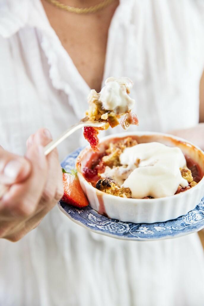 Rabarbra, jordbær og smuldrepai er en nydelig kombinasjon av søtt og syrlig. Tips! Hvis du ikke har porsjonsformer, går det like fint å steke alt i en stor form. FOTO: Sophie Håkansson