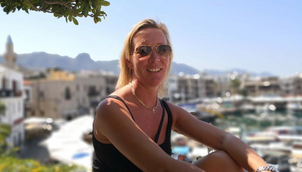 PÅ FERIE ALENE: May-Britt Gauksrud (49) var nervøs da hun reiste hjemmefra for sin første ferie alene. En servitør på Alanya hadde anbefalt henne å reise til den tyrkiske delen av Kypros, så May-Britt tok turen - uten å kunne noe særlig engelsk. Foto: Privat