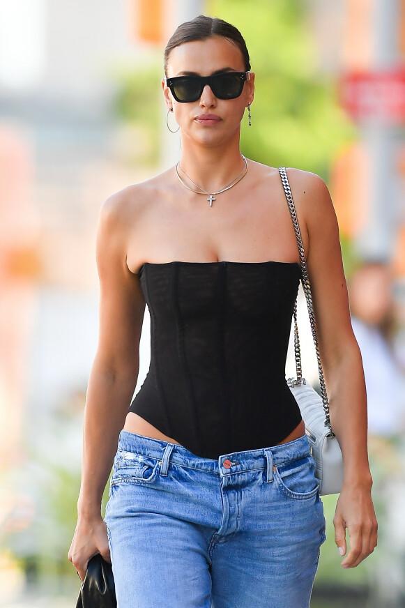 STILIKON: Modell Irina Shayk ble nylig spottet med low-rise jeans. FOTO: NTB