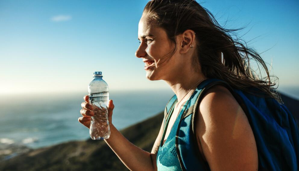 FJELLTUR: Man blir tørst av å gå lange fjellturer i sola, men vær forsiktig hvor du fyller opp flaska di. Foto: NTB