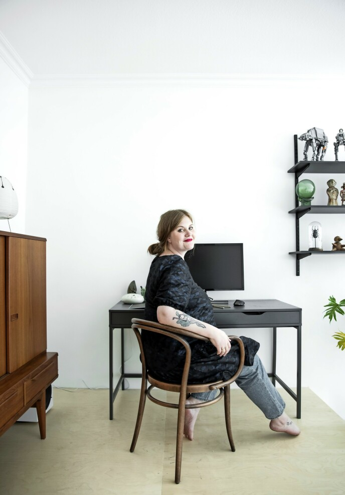 På en liten avsats opp fra stuen har Line laget seg en kontorplass.