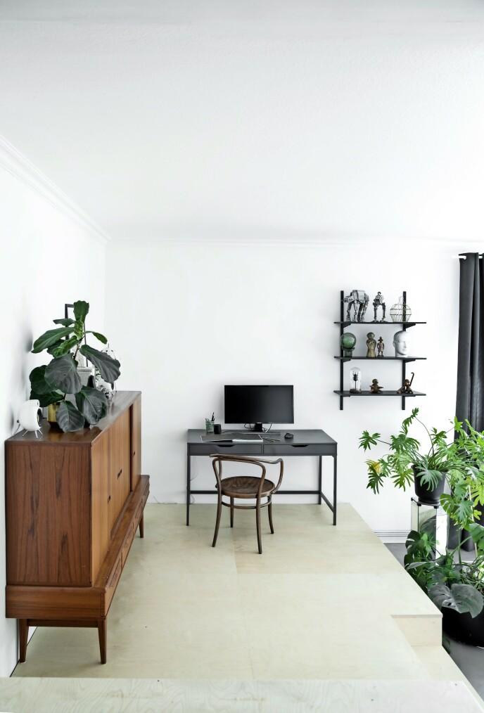 Linns svarte skrivebord er fra Ikea, mens Thonet-stolen er kjøpt brukt på nettet.
