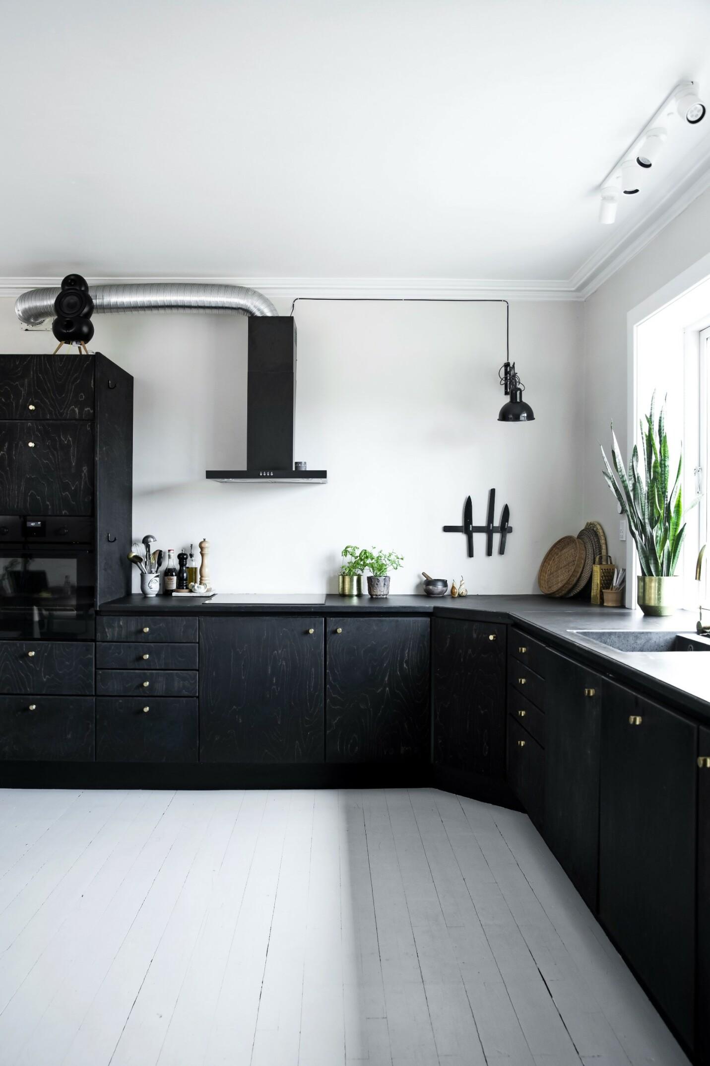 Line tok ned overskapene fra det gamle kjøkkenet slik at rommet nå framstår mer luftig og moderne.