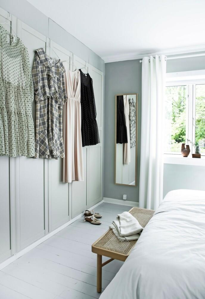 Line har malt Ikea-skapene på soverommet i samme farge som resten av rommet.