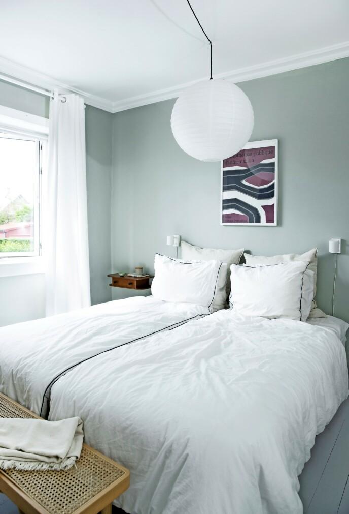 Soverommet er malt i en lys, rolig grønnfarge, NCS 2005-G50Y, og gardinene har Line selv sydd. Plakaten er fra Stilleben og sengetøyet fra Ikea. Benk og teakhylle er bruktfunn.