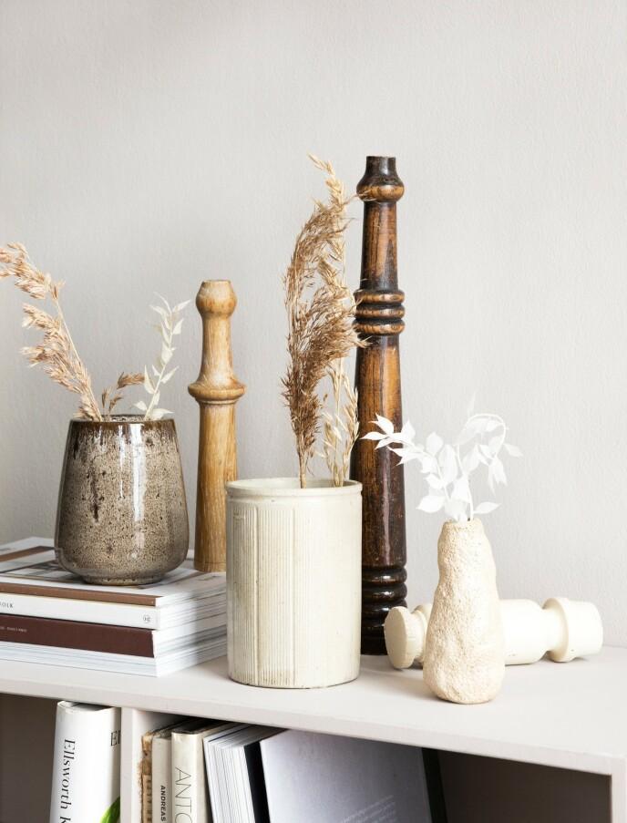 Brun vase fra Notre Dame og liten skulpturell vase fra Ferm Living. Den beige, stripete vasen og bordbeina er bruktfunn. FOTO: Pernille Enoch