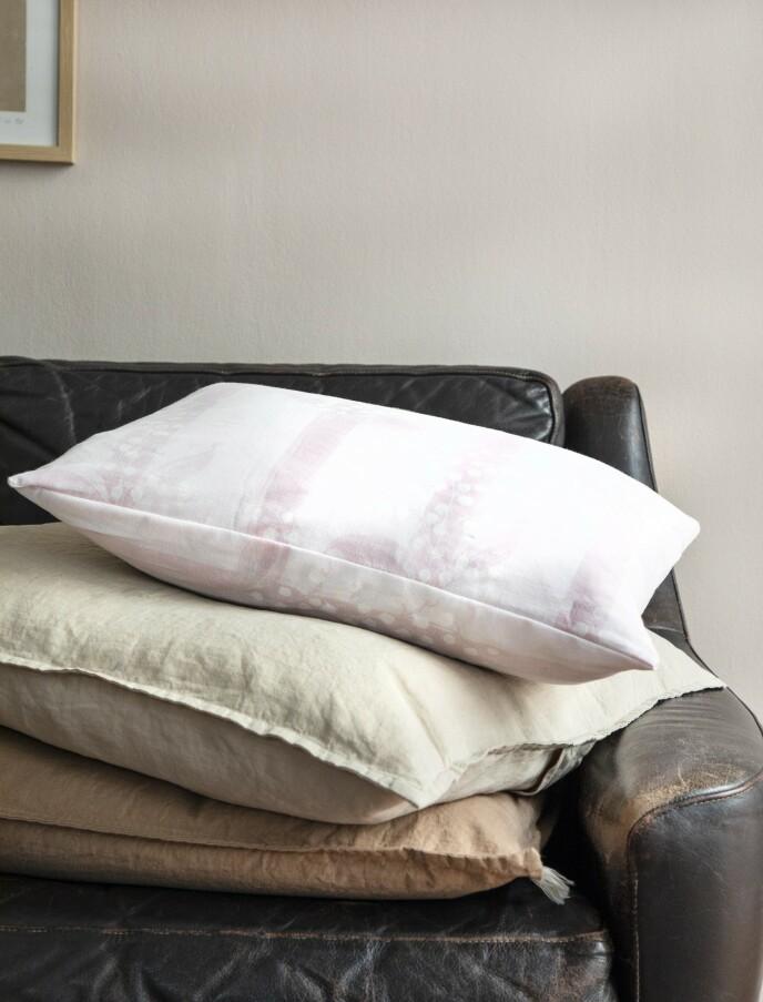 Brun pute fra Aiayu, og lysegul pute fra Stilleben. Puten øverst er sydd av gammelt sengetøy. FOTO: Pernille Enoch