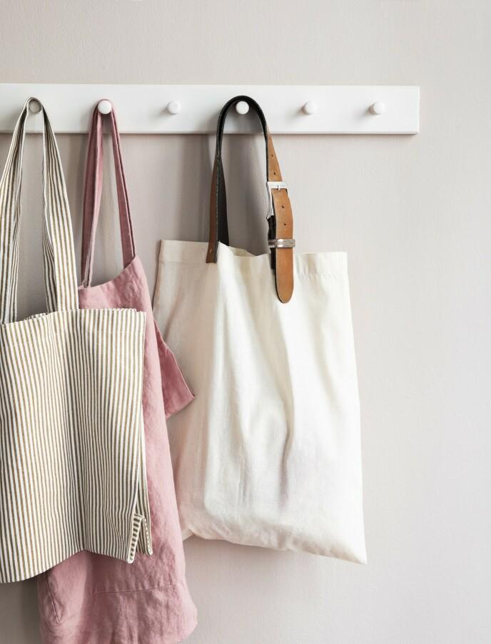 Stripete bærenett fra Stilleben, rosa bærenett fra Shop Dora og knaggrekke fra Trævarefabrikernes udsalg. Beltet er kjøpt brukt. FOTO: Pernille Enoch
