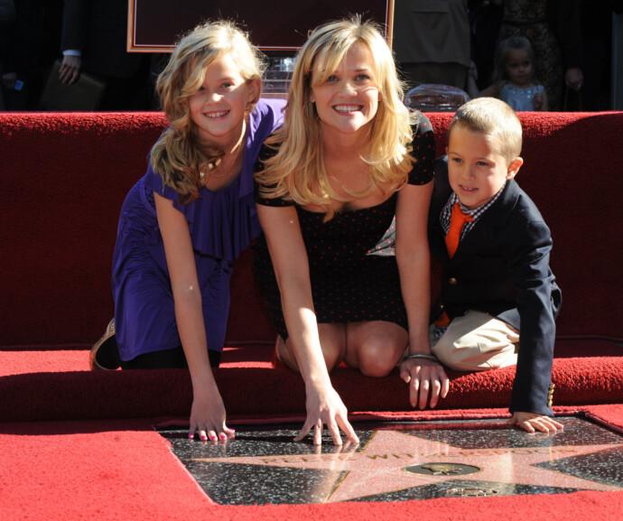 STJERNEMAMMA: Ava og Deacon med mamma - på en ikke helt vanlig dag på jobben, da Reese Witherspoon fikk sin stjerne på Hollywood Walk of Fame i 2010 FOTO: Mark RALSTON/NTB