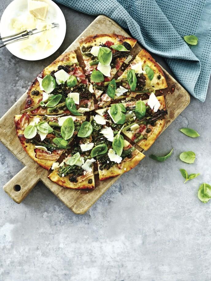 Gi pizzaen ekstra smak med sprø bacon og et dryss chili. Bunnen kan du kjøpe ferdig hvis du vil at det skal gå raskere. Tips! Hvis du ikke finner brokkolini, kan vanlig brokkoli i tynne stenger også brukes. FOTO: Line Falck