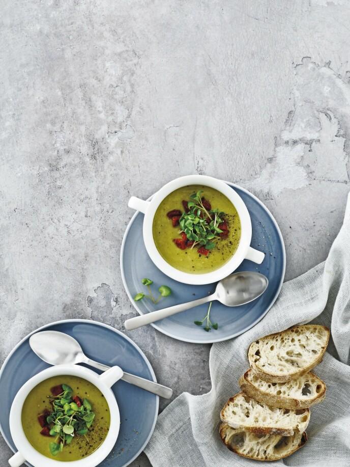 Gjør ertesuppen ekstra fin ved å servere den med sprøstekt chorizo. FOTO: Line Falck