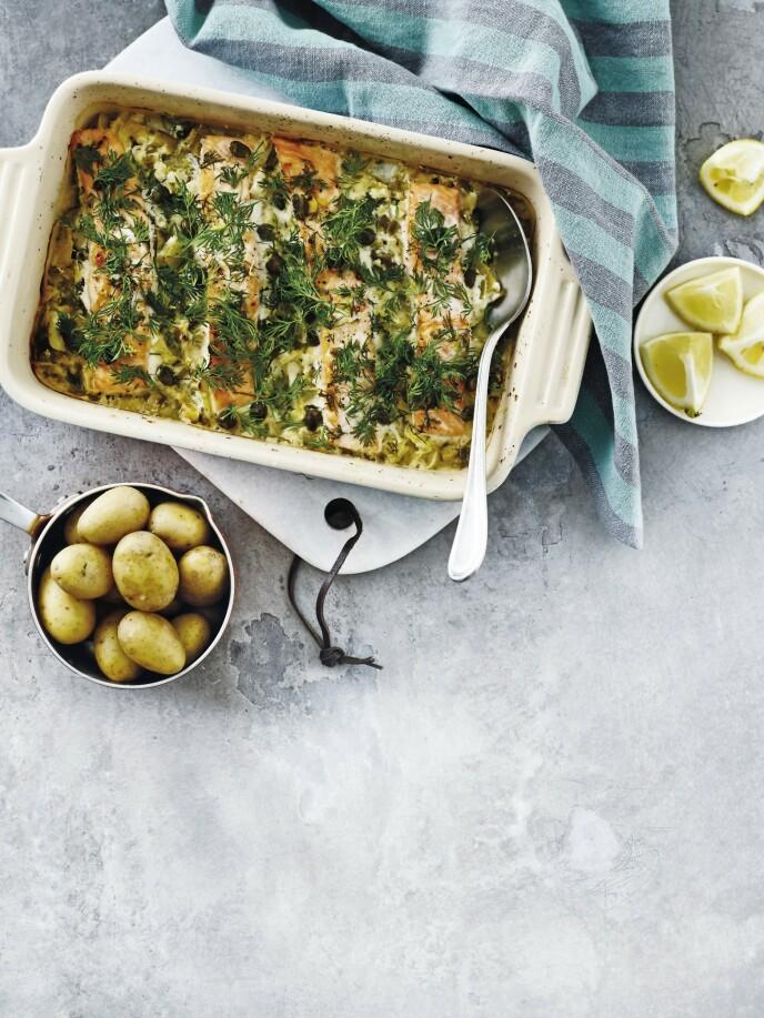 Fyll en form med laks, grønnsaker og mascarpone, som til sammen gir en fin og smakfull saus. Tips! Her kan du fint erstatte potetene med ris hvis du heller vil ha det. FOTO: Line Falck