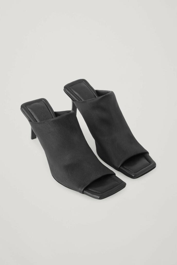 Høye sandaler (kr 1500, Cos).
