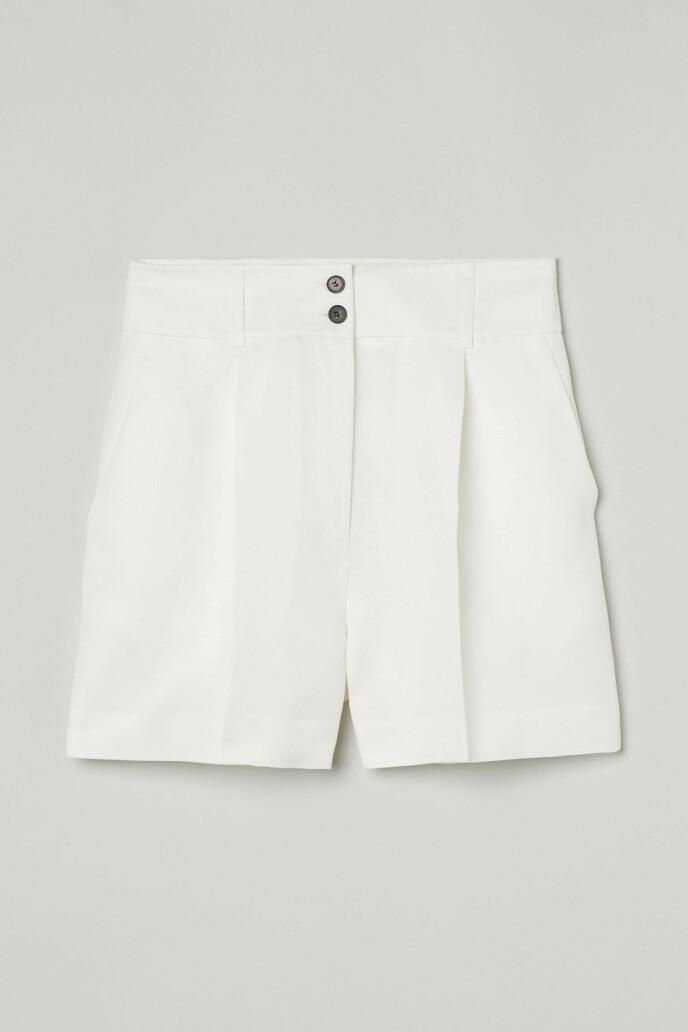 Hvit shorts (kr 250, H&M).