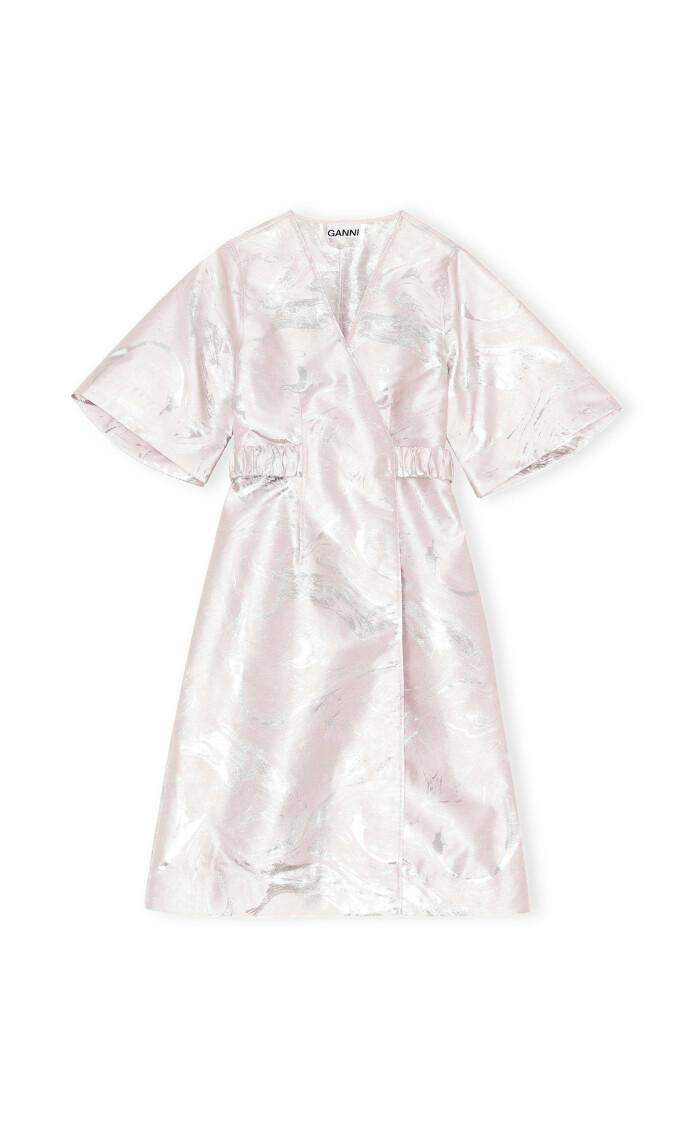 Lyserosa og metallisk kjole (kr 2695, Ganni).