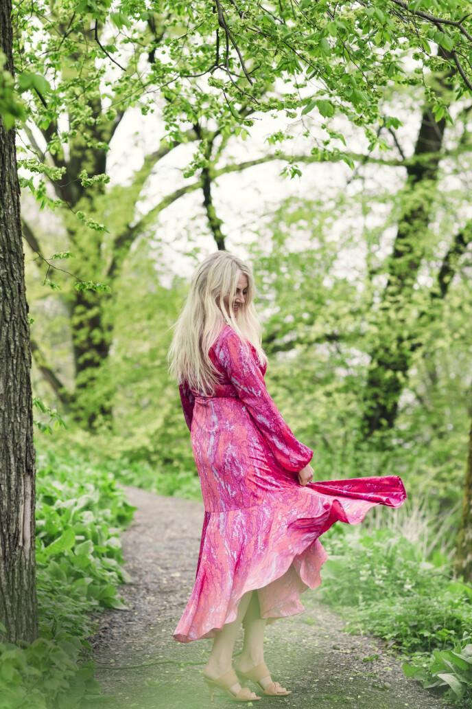 Eli Kari husker har aldri vært glad i å danse: – Jeg var nok den som passet på veskene til de andre da jeg var yngre, sier hun. Kjole fra Crasp og sandaler fra Alohas. FOTO: Astrid Waller