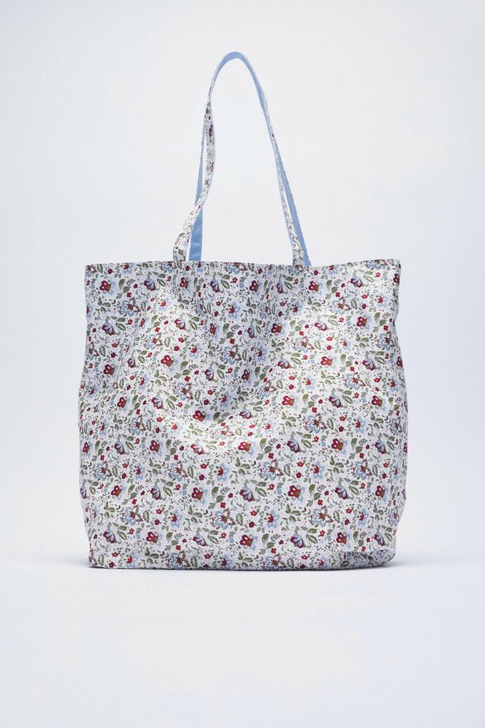 Blomstrete shoppingveske (kr 260, Zara).