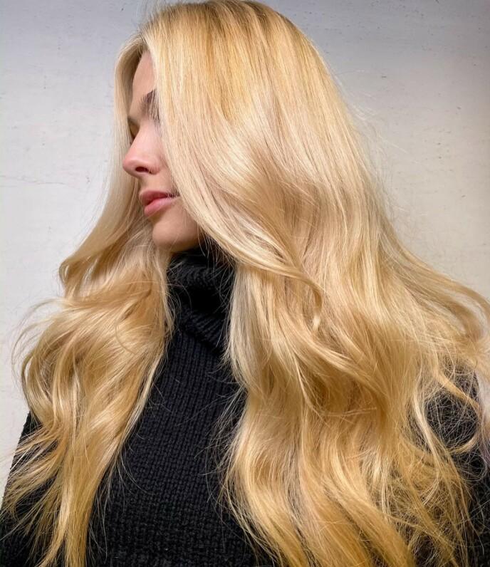 VARME TONER: Håret skal ha varme toner til høsten. Denne blonde looken har innslag av fersken. Foto: Instagram @aichaamalie