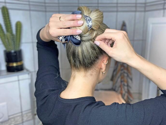 6. Når du har fått snurret hele hestehalen opp, fester du godt med hårnåler.