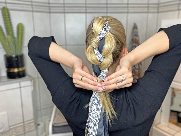 3. Lag en flette der silkeskjerfet er med hele veien som to av de tre flettedelene, mens den tredje delen er håret ditt.