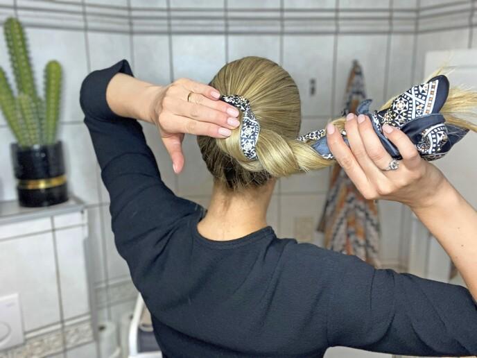 5. For å gjøre om fletten til en lekker oppsats trenger du et lite minutt og noen hårnåler. Snurr fletten rundt seg selv.