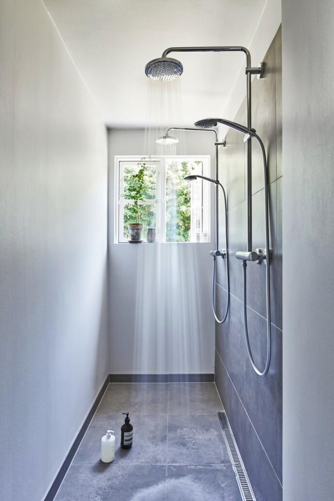 I gamle sommerhus er badet ofte det rommet man må kompromisse med. Othilia Thalund har imidlertid fått det beste ut av det lange, smale badet sitt med en såkalt twin shower. Armaturen er fra Hans Grohe.