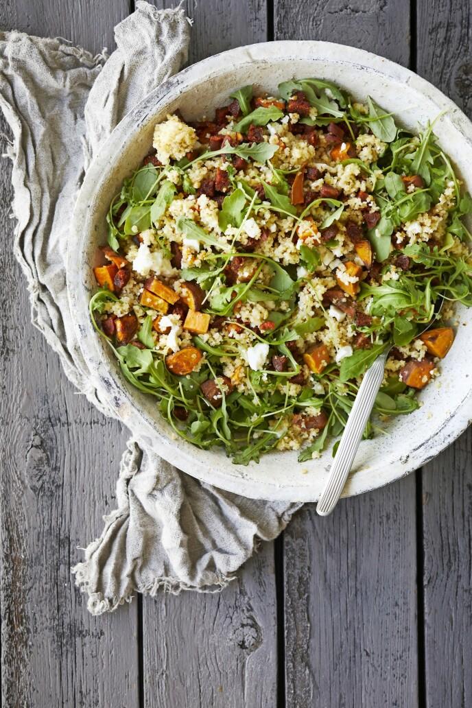 Denne fyldige salaten med sprø chorizo-terninger passer godt både som et måltid i seg selv og som tilbehør til kylling. FOTO: Winnie Methmann