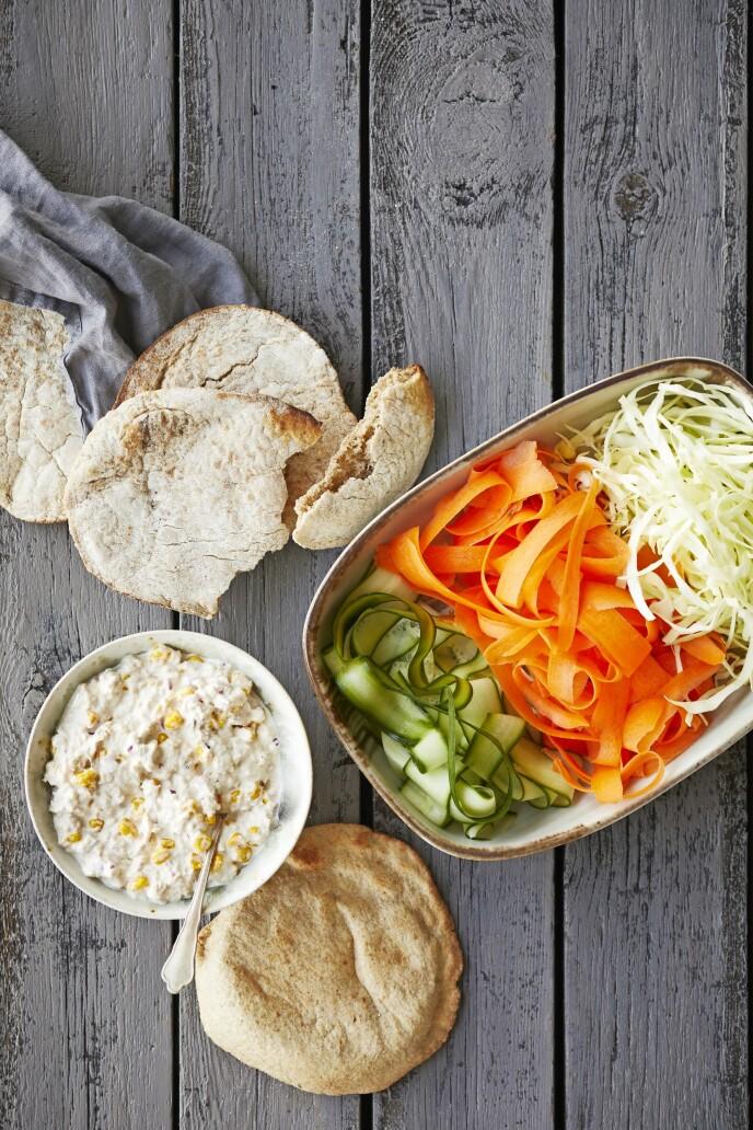 Pitabrød er en hit hos både barn og voksne. Prøv denne versjonen med tunfisksalat, og benytt muligheten til å tømme kjøleskapet for grønnsaker. FOTO: Winnie Methmann