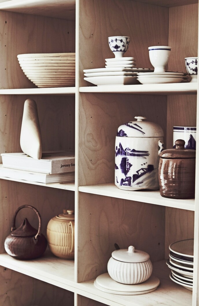 En bokhylle kan fint fungere som åpne hyller på kjøkkenet og til å stille ut servise, keramikk og reisefunn.
