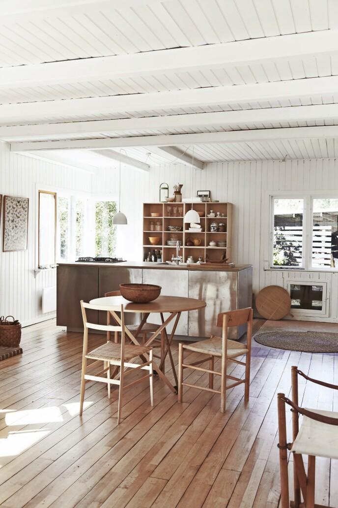 Børge Mogensen (1914–1972) var elev av Kaare Klint, og «Folkestolen», som det står to eksemplarer av rundt bordet her, tegnet han med utgangspunkt i Klints «Kirkestolen», «J39», eller «Shakerstolen», som Mogensens populære klassiker også kalles. Spisebordet er fra Santa & Cole, og den tredje stolen er Gio Pontis «Supper- leggera», designet for Cassina. Kjøkkenelementer og fronter er fra Ikea, og hyllen i bjørk bak er fra Atbo.