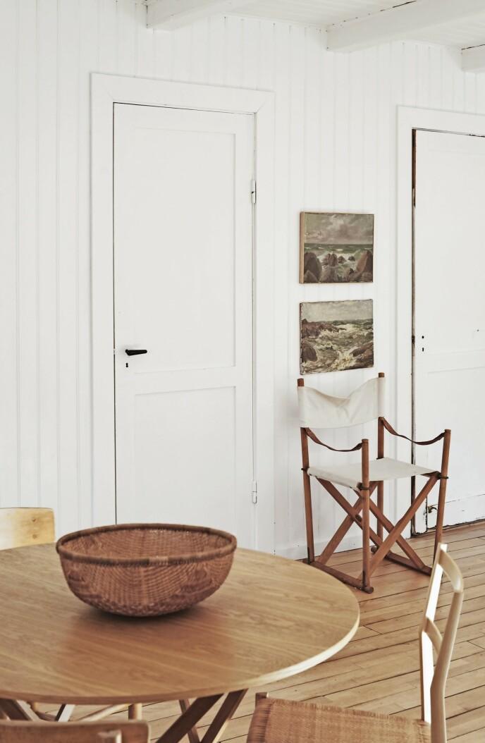 Kaare Klints «Safaristolen» ble første gang presentert ved Københavns Snedkerlaugs Møbeludstilling i 1933. Den er inspirert av stoler som ble brukt av det britiske forsvaret og er på mange måter essensen av Klints karakteristiske systematikk og sans for både proporsjoner og materialer. Stolen er fortsatt i produksjon hos Carl Hansen & Søn.