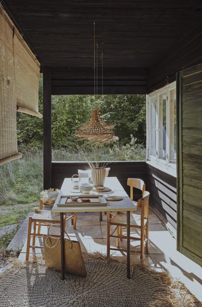 Bordet på terrassen er laget av en MDF-plate som er påsatt bein, mens spisebordsstolene er Børge Mogensens «Folkestolen».