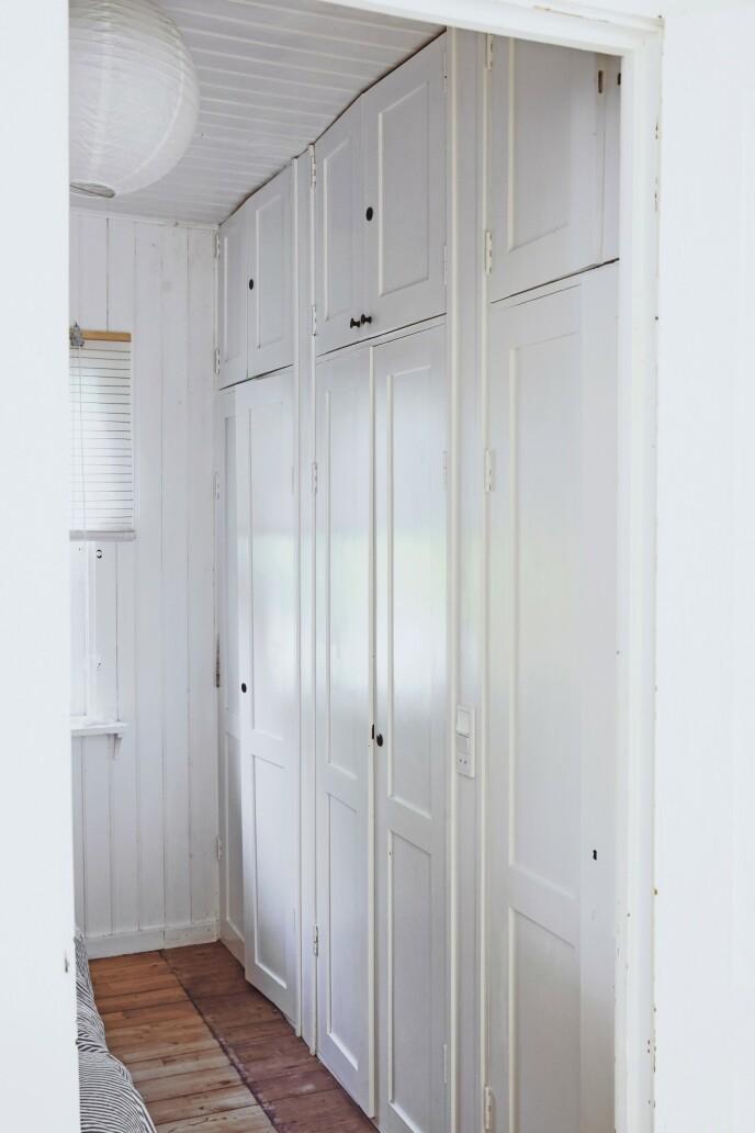 De innbygde skapene på soverommet er gjenbruk fra det opprinnelige kjøkkenet og virker derfor som skapt til sommerhuset.