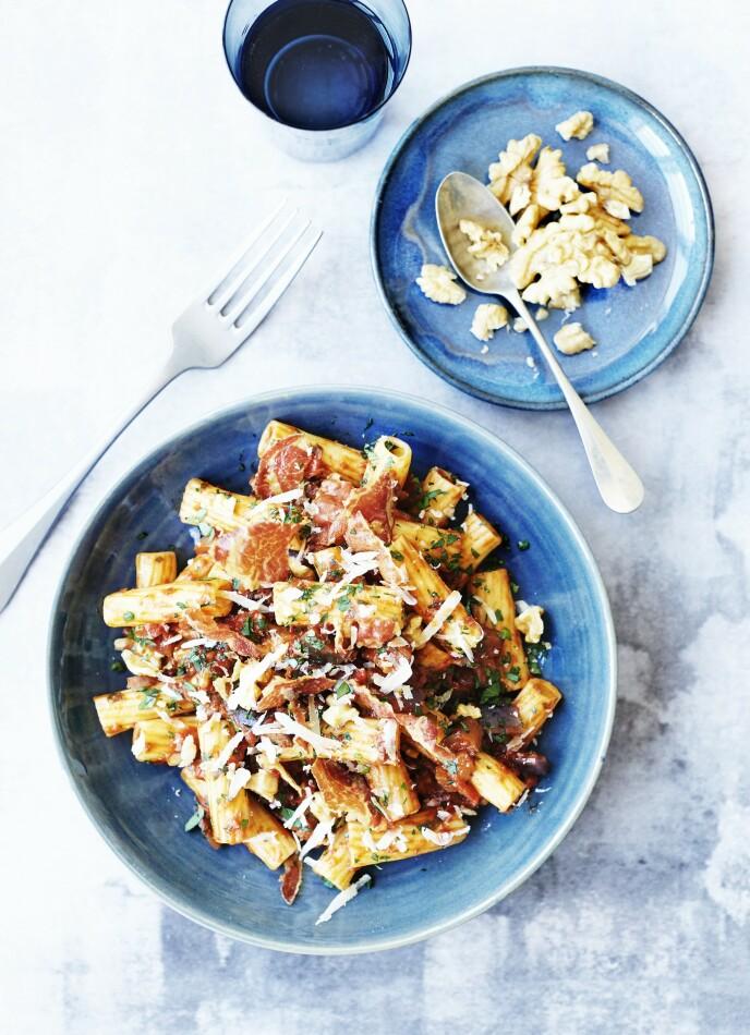 Når det skal gå kjapt unna i hverdagen, er pasta tingen. Her får du en pastarett som både er lett å lage, er rimelig og som smaker deilig. Tips! Pancetta er italienernes svar på bacon. Den har mild smak, siden den i motsetning til bacon ikke er røkt, men bare tørket. FOTO: Betina Hastoft