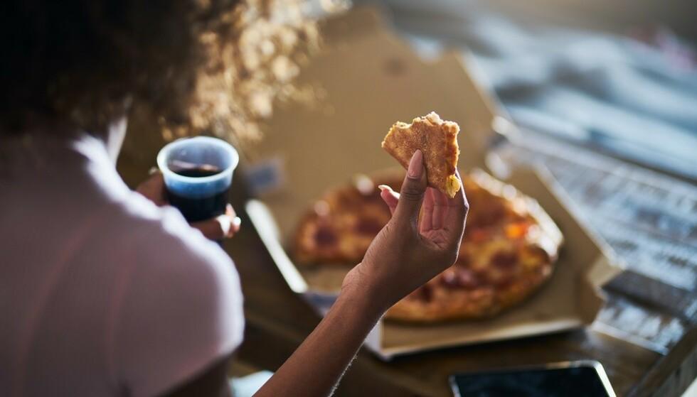 DISTRAKSJONER: Mindful eating handler blant annet om å være til stede under måltidet - å være oppmerksom på at du spiser, uten distraksjoner som TV og mobil. FOTO: NTB