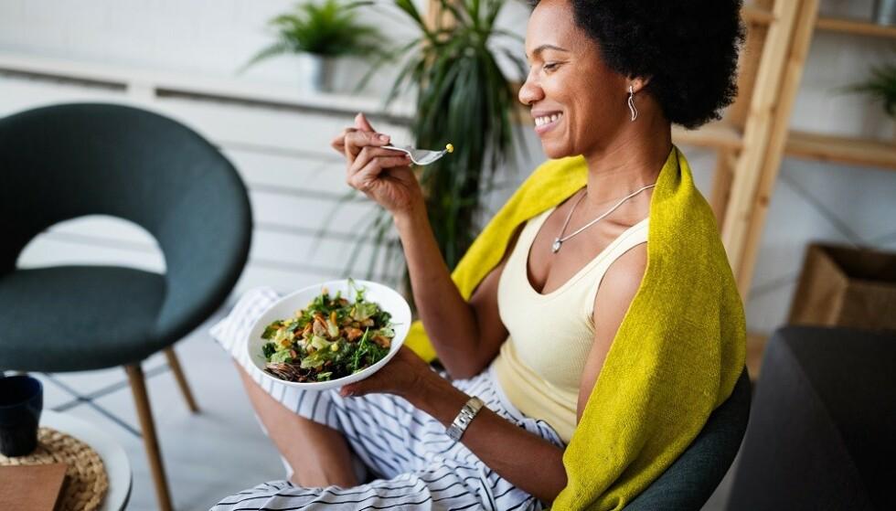 TILSTEDEVÆRENDE: Mindful eating handler blant annet om å lytte til kroppens sultsignaler og være til stede i øyeblikket. FOTO: NTB