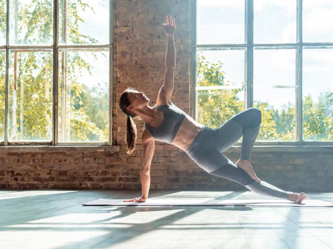 SIDE: Det finnes mange versjoner for sideplanke, og generelt er det et ord som definerer sunn trening: variasjon. FOTO: NTB