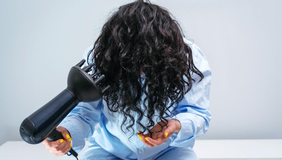 OPP NED: Har du forsøkt å føne håret opp ned? Det gir mer volum! Foto: NTB