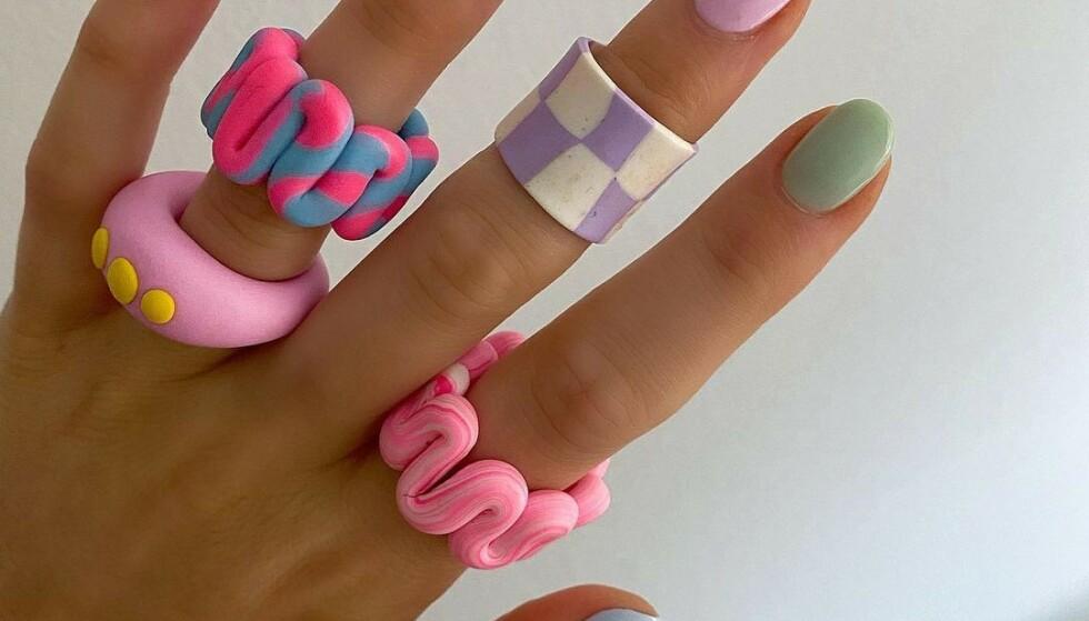 """CHUNKY RINGER: De chunky, fargerike såkalte """"Pinterest-ringene"""" av leire er supertrendy i sommer. Foto: Instagram @lucyalicelook"""