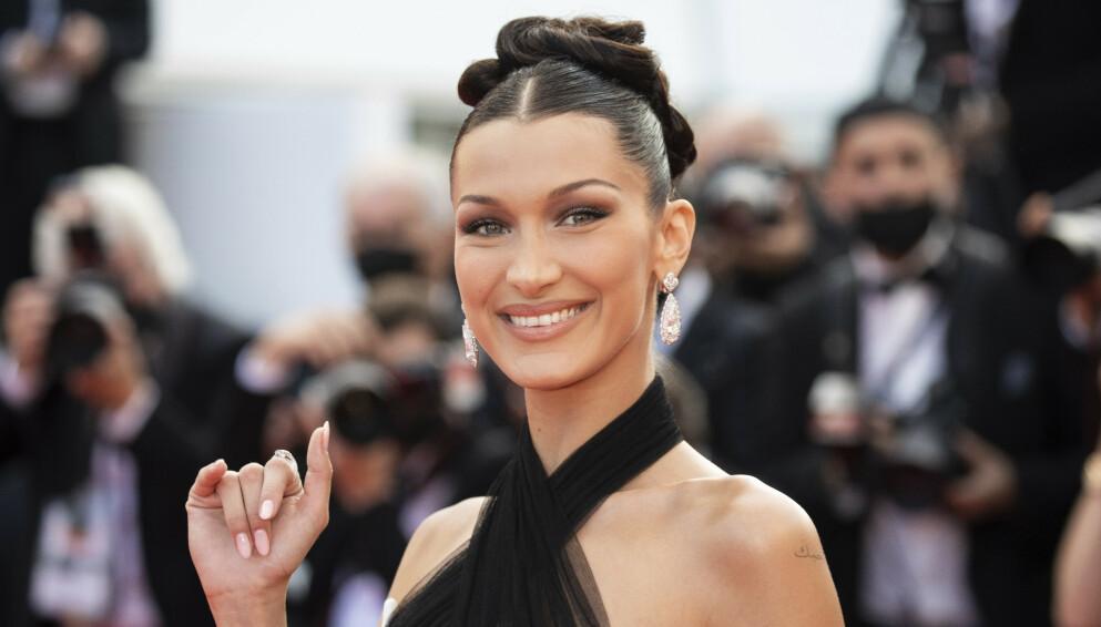 TILBAKE: Bella Hadid er blant stjernene som endelig er å se tilbake på den røde løperen i Cannes. FOTO: NTB