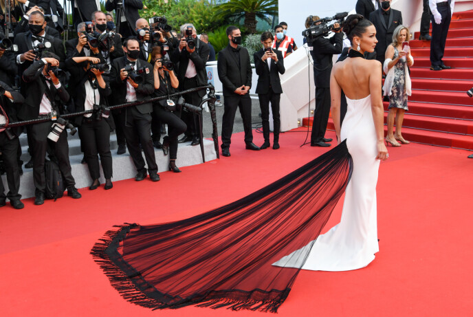 ÅPEN RYGG: Jean-Paul Gaultier designet denne kjolen i 2002. FOTO: NTB