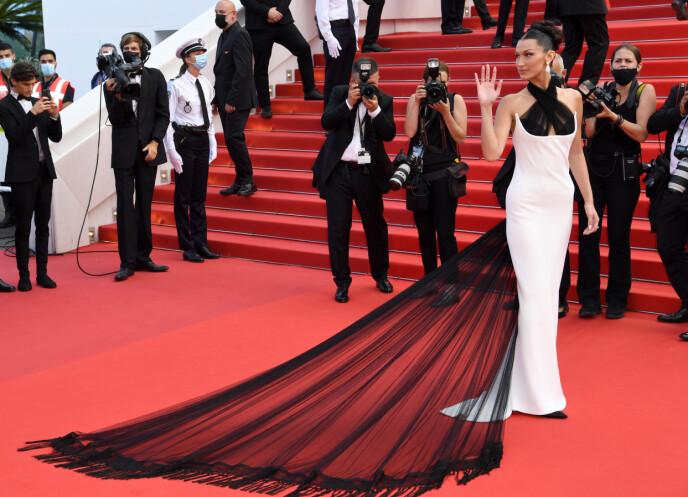 TETTSITTENDE: Bella Hadids vintage-stunt gjorde underverker i Cannes. FOTO: NTB