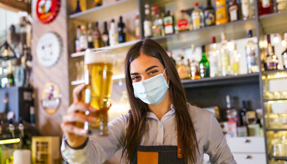 GJENÅPNINGEN: Utelivet er endelig tilbake - men hva synes bartenderne om oss? Foto: NTB